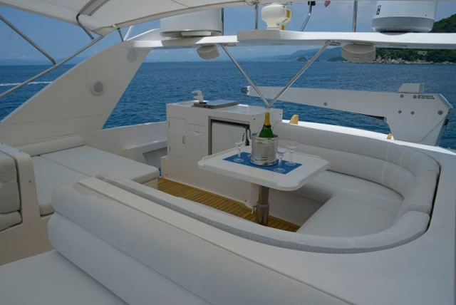 Lounge-U-shaped-Seat-and-table-with-optional-shade-over-the-Flybridge